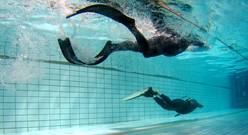 The safety diver in the foreground uses bi-fins, the diver uses a hyperfin. Photo from Jahyem, CC BY